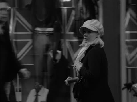 stockvideo's en b-roll-footage met two women walk past shops on carnaby street - dameskleding