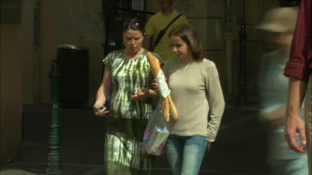vídeos de stock, filmes e b-roll de ms pan two women walking and talking / aix-en-provence, provence, france - aix en provence