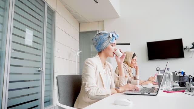 two women working in office, italy - モデスト・ファッション点の映像素材/bロール