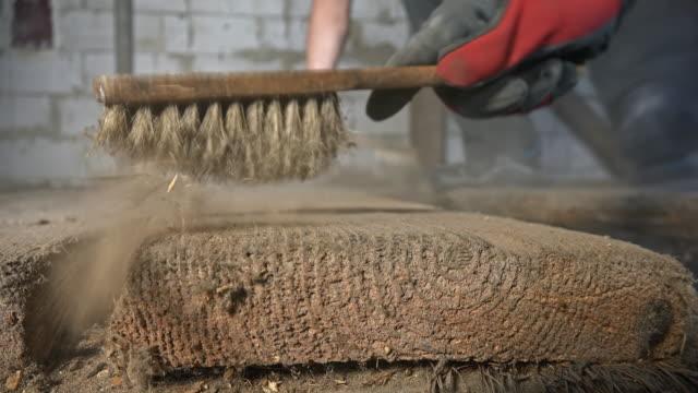 vídeos y material grabado en eventos de stock de dos trabajadores barriendo un tablero - barrer