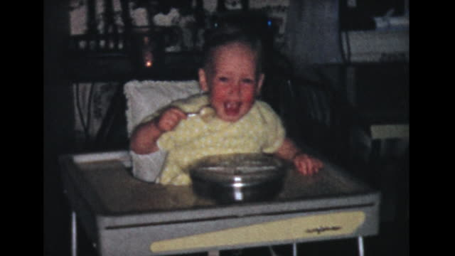 vidéos et rushes de 1957 two year old boy in high chair feeing himself - 2 3 ans