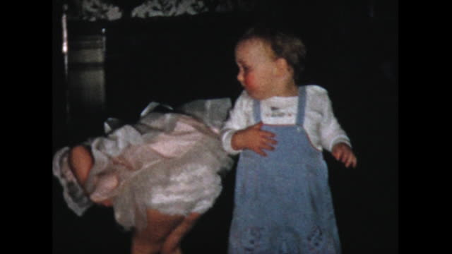 vidéos et rushes de 1957 two year old boy teased by young girl - 2 3 ans