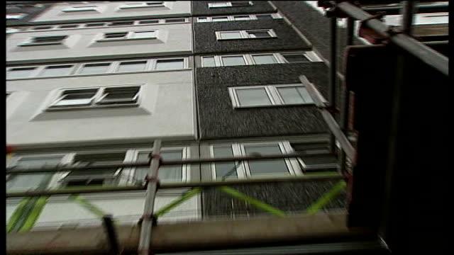 stockvideo's en b-roll-footage met two year old falls from tower block window and survives battersea arthur court scaffolding hoist outside block of flats **jamin whiteside interview... - hijsen