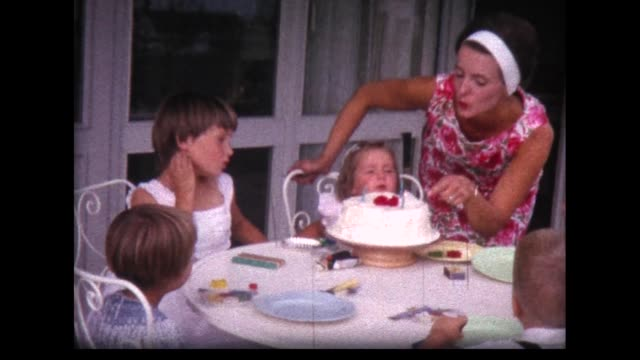 vidéos et rushes de 1963 two year old girl blows out birthday candles - film d'amateur