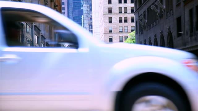 vídeos de stock, filmes e b-roll de dois táxi amarelo no centro da cidade de junção - yellow taxi
