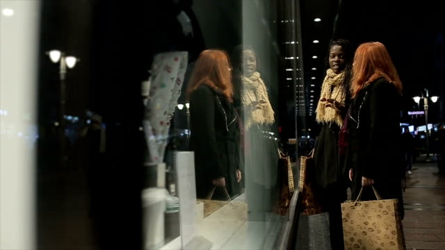 två unga och moderna kvinnan i shopping natt - spegling bildbanksvideor och videomaterial från bakom kulisserna