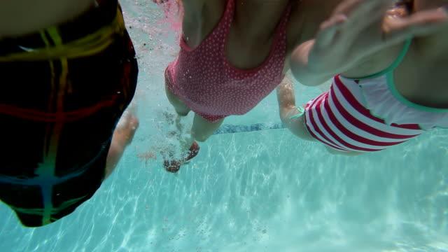 vídeos y material grabado en eventos de stock de ms two young boys and two young girls swimming underwater smiling/washington, usa - gafas de natación