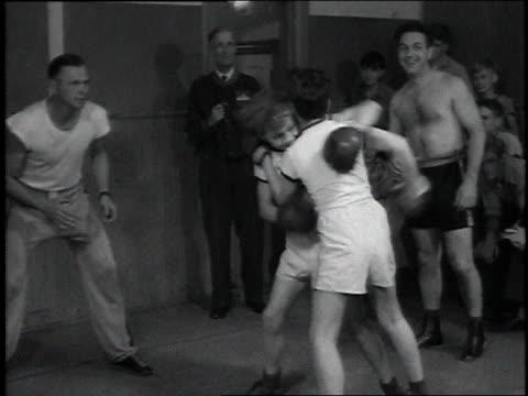 vidéos et rushes de 1946 ms two young boys boxing / washington, dc, united states - se battre