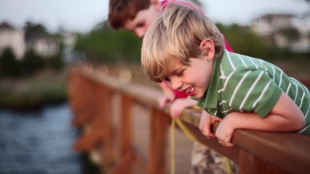 二人の若い男の子がカニの罠をチェックします。 - カニ捕り点の映像素材/bロール