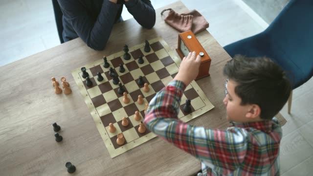 チェスをする2人の少年 - 余暇 ゲームナイト点の映像素材/bロール