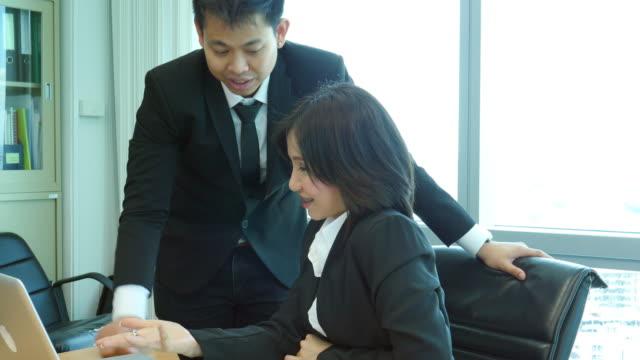 vídeos de stock e filmes b-roll de two young business teamwork talk and discussion - emprego na comunicação social