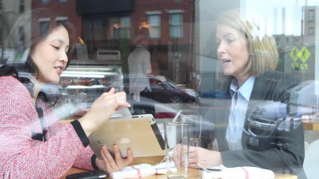 vídeos y material grabado en eventos de stock de two young, female business executives having a business lunch. - descanso para comer