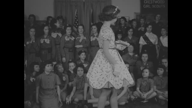 vidéos et rushes de two young girls model dresses for a girl scout troop / 9 models stand in front of large group of scouts / 2 more models / scout points out dress... - guide