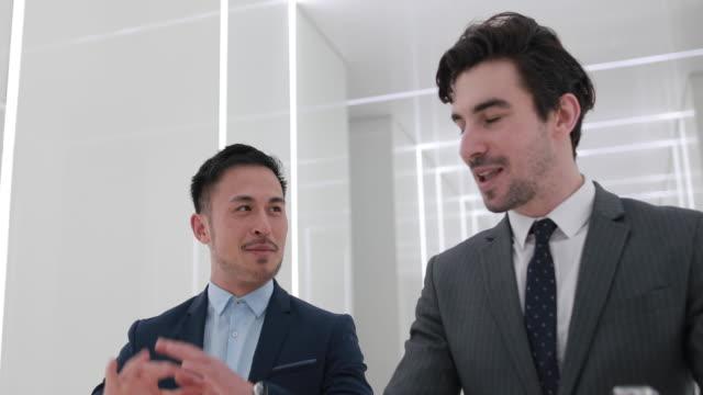 vídeos de stock, filmes e b-roll de dois jovens empresário bonitão - neckwear