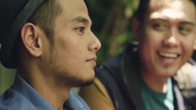 stockvideo's en b-roll-footage met twee jonge mannen maleisische koffie samen - vlak naast