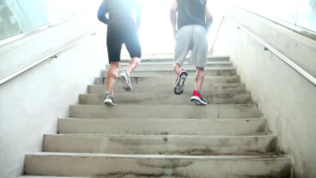 zwei junge männer übt, läuft die treppe hinauf - treppe stock-videos und b-roll-filmmaterial
