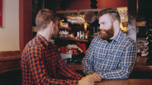 vídeos y material grabado en eventos de stock de ds dos hombres jóvenes en el pub - cultura inglesa