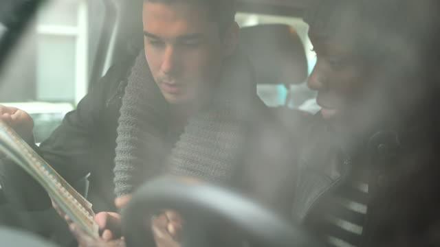 vidéos et rushes de ms pan two young men listening music on digital tablet in living room - seulement des jeunes hommes