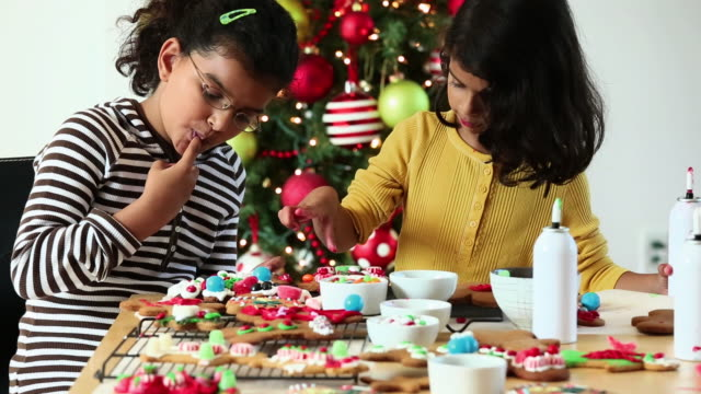 vídeos y material grabado en eventos de stock de ms two young sisters decorating gingerbread cookies for christmas / richmond, virginia, united states - decoración objeto