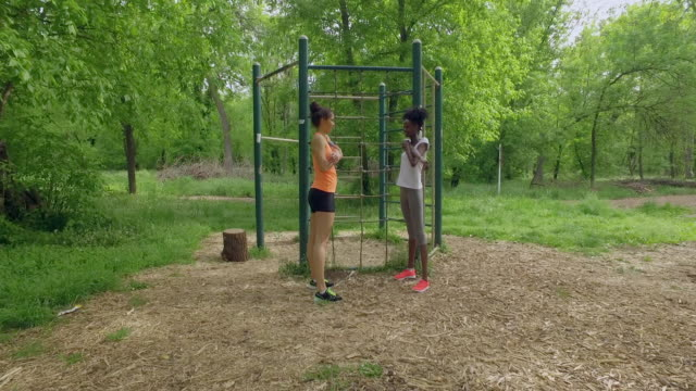vídeos de stock, filmes e b-roll de dois jovens desportistas esticando os braços - braço humano