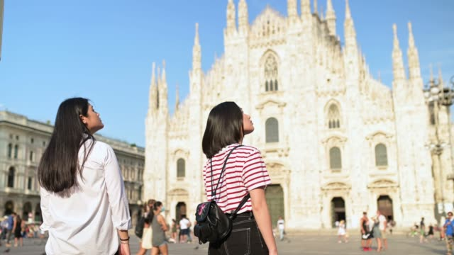 two young tourists visiting duomo - town square stock videos & royalty-free footage