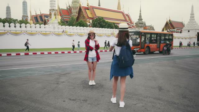 タイのバンコクのグランドパレスを旅する2人の若い女性観光客。 - バックパック点の映像素材/bロール