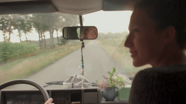vídeos de stock e filmes b-roll de two young women driving in south of france - acampar