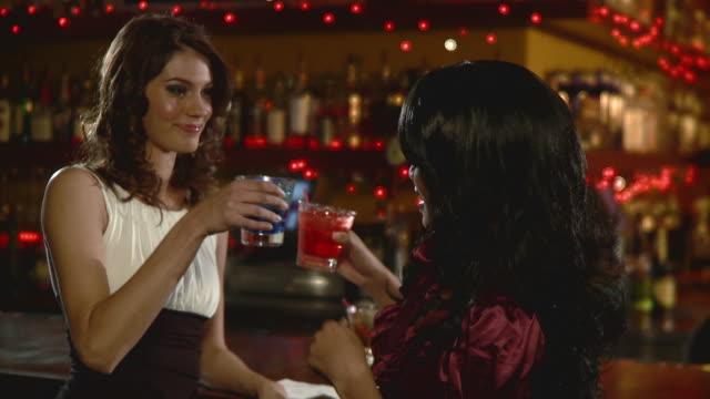 vidéos et rushes de cu two young women having cocktails in bar, jacksonville, florida, usa - quadragénaire