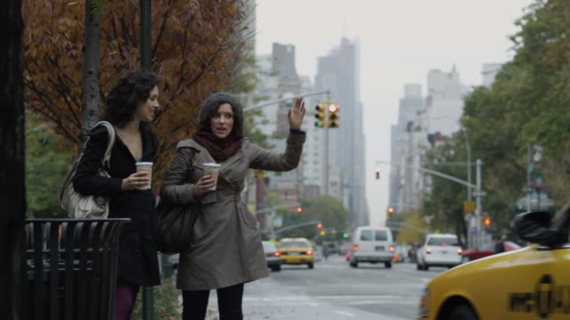 vidéos et rushes de ms pan two young women leaving yellow cab / new york city, new york, usa - yellow taxi