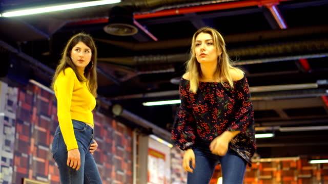 ボウリング 2 つの若い女性の演劇 - 巻く点の映像素材/bロール