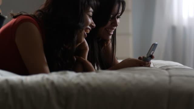 two young women text messaging - 歐瑞 個影片檔及 b 捲影像