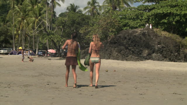 two young women walking on the beach - andere clips dieser aufnahmen anzeigen 1157 stock-videos und b-roll-filmmaterial