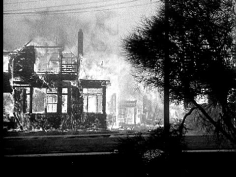 vídeos de stock, filmes e b-roll de 1923 b/w ws two-story house on fire / berkeley, california, usa - 1923