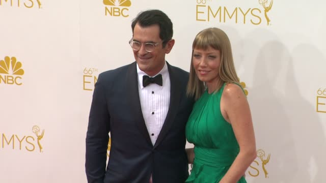 ty burrell and holly anne brown 66th primetime emmy awards photo room at nokia theatre la live on august 25 2014 in los angeles california - エミー賞点の映像素材/bロール