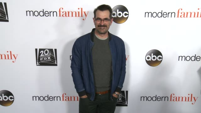 vídeos de stock, filmes e b-roll de ty burrell at the modern family fyc event at avalon on april 16 2018 in hollywood california - ty burrell