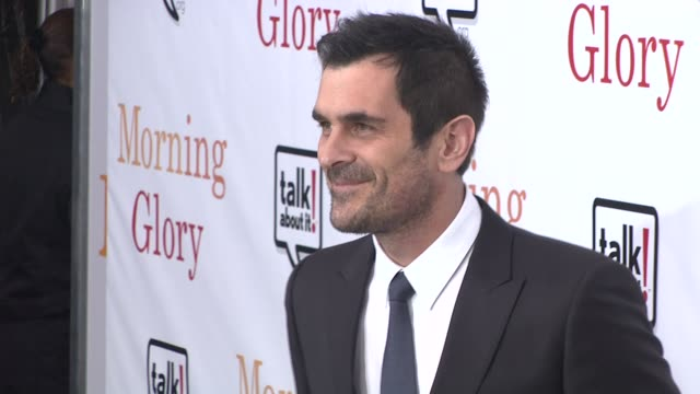 vídeos de stock, filmes e b-roll de ty burrell at the world premiere of 'morning glory' in support of the epilepsy awareness web site talkaboutitorg at new york ny - ty burrell