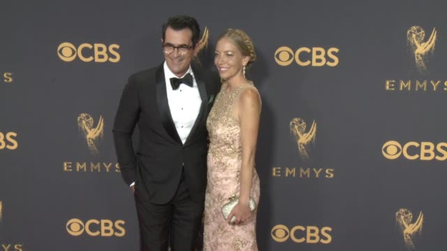 vídeos de stock, filmes e b-roll de ty burrell holly burrell at the 69th annual primetime emmy awards at microsoft theater on september 17 2017 in los angeles california - ty burrell