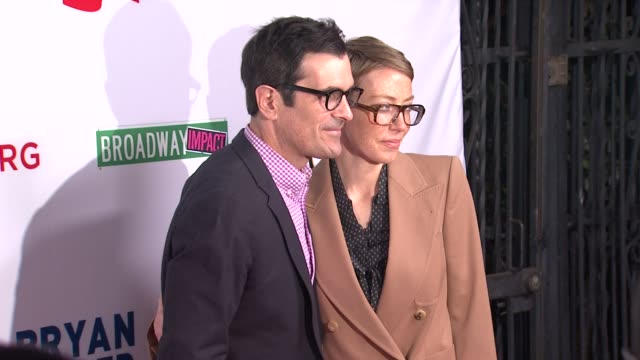 vídeos y material grabado en eventos de stock de ty burrell holly burrell at the american foundation for equal rights broadway impact present 8 on 3/3/12 in los angeles ca - ty burrell
