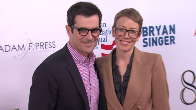 vídeos de stock, filmes e b-roll de ty burrell holly burrell at the american foundation for equal rights broadway impact present 8 on 3/3/12 in los angeles ca - ty burrell