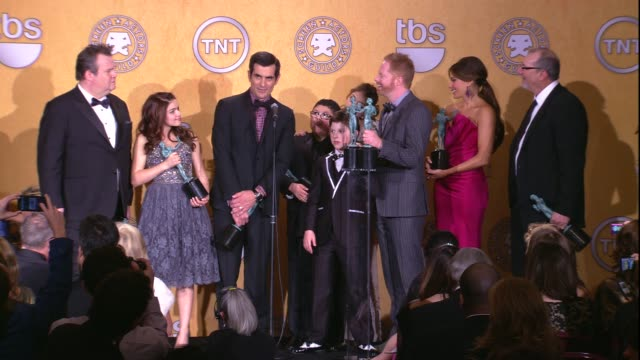 vídeos de stock, filmes e b-roll de ty burrell on the event and their sag award win for ensemble in a comedy series at 18th annual screen actors guild awards press room on 1/29/12 in... - ty burrell