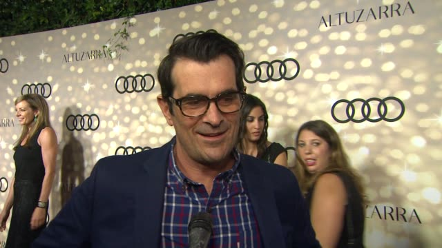 vídeos de stock, filmes e b-roll de interview ty burrell on who he's rooting for at audi and altuzarra kick off emmy week 2013 interview ty burrell on who he's rooting for at at... - ty burrell