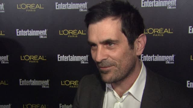 vídeos y material grabado en eventos de stock de ty burrell on why he wanted to celebrate with ew tonight what he is looking forward to about the sag ceremony talks about what job got him into sag... - ty burrell