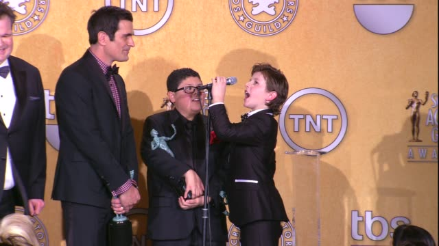 vídeos de stock, filmes e b-roll de ty burrell rico rodriguez nolan gould on what the kids have learned from the adults at 18th annual screen actors guild awards press room on 1/29/12... - ty burrell