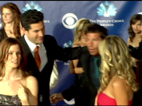 vídeos de stock e filmes b-roll de ty pennington and the cast of 'extreme makeover home edition' at the 2006 people's choice awards arrivals at the shrine auditorium in los angeles... - ty pennington