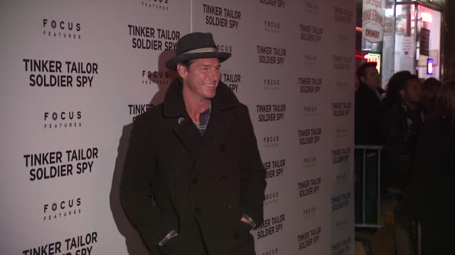 vídeos de stock e filmes b-roll de ty pennington at the premiere of focus features' 'tinker tailor soldier spy' red carpet at new york ny - ty pennington