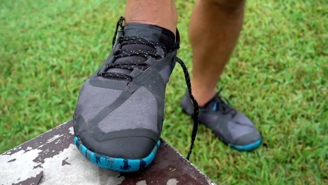 vídeos de stock, filmes e b-roll de amarrando os sapatos de esportes a execução - tênis calçados esportivos