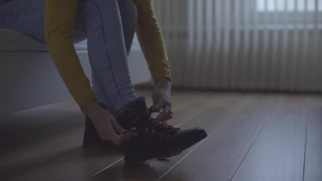 vídeos de stock e filmes b-roll de amarrar atacadores - sapato