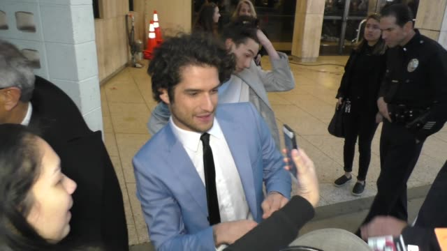 vídeos y material grabado en eventos de stock de tyler posey signs for fans outside the blumhouse's truth or dare premiere at arclight cinemas cinerama dome in hollywood in celebrity sightings in... - cinerama dome hollywood