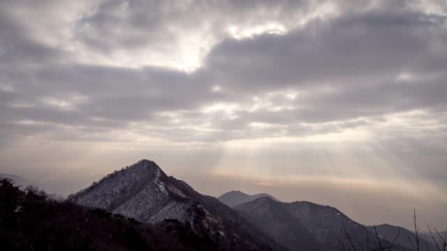 tyndall phenomenon of manisan mountain in winter - light natural phenomenon stock videos & royalty-free footage
