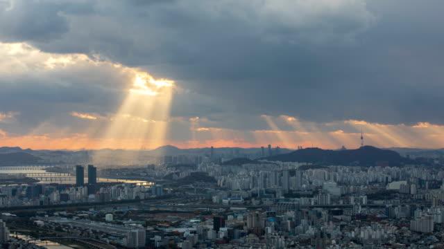 vidéos et rushes de tyndall phenomenon view of yeouido and seongdonggu near namsan mountain - phénomène naturel